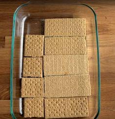 Eclair süti a neve ennek az egyszerű, isteni desszertnek. Sütni sem kell.Szükséged lesz:Tészta és töltelék:1 doboz habtejszín2 zacskó pudingpor (vanília)0,8 liter tejTeljes kiőrlésű vajaskeksz, vagy sima háztartási kekszA jegesedés:3 evőkanál tej220g porcukor50g vaj…