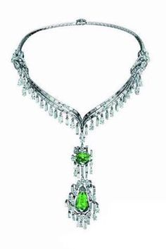 Mellerio Jewellery platinum gold necklace/beset with one pear shape emeralds that weight 29.0 carats, the necklaces is manifest the French fully regarding the palace luxurious design esteem, the utilization of big pellet gem and the big carat diamond has been the domain mainstream in French high-quality jewelry design.