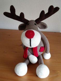 Reindeer Ralf after pattern Dip and Hook. by Marjo van Hoek Crochet Christmas Wreath, Christmas Crochet Patterns, Christmas Knitting, Christmas Crafts, Crochet Crafts, Crochet Dolls, Crochet Projects, Crochet Deer, Crochet Animals