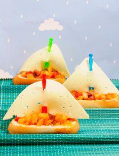 Cómo hacer pisto en barquitos  Para el pisto:      1 calabacín mediano     2 patatas pequeñas     1 pimiento italiano rojo     4 tomates raf maduros     1 cebolla tierna     1 loncha grande de jamón serrano     2 cucharadas soperas de aceite de oliva     1/2 cta. de sal y 1/2 cta. de azúcar  Para los barquitos:      panecillos alargados     lonchas de queso     palillos de aperitivo