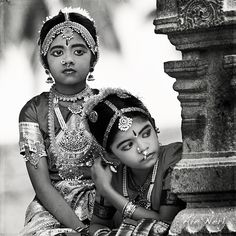 Girls in Bharatnatyam (Tamil Nadu, South India), a form of classical dance, costume. Description by Pinner Mahua Roy Chowdhury Cultures Du Monde, World Cultures, We Are The World, People Of The World, Bollywood Stars, Beautiful Children, Beautiful People, Indian Classical Dance, Vintage India
