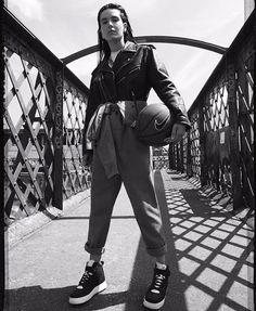 Nascidos nas quadras de basquete dos anos 80 os sneakers da @nike AF1 e Dunk tomaram as ruas do mundo. Inspirado nesse universo acontece hoje o lançamento do Air Force 1 Tech Craft e da exposição feita em colab entre @cartel011 e @nikelab. A mostra celebra antigas campanhas da Nike com uma nova leitura. No clique @EllenMilGrau.  via MARIE CLAIRE BRASIL MAGAZINE OFFICIAL INSTAGRAM - Celebrity  Fashion  Haute Couture  Advertising  Culture  Beauty  Editorial Photography  Magazine Covers…