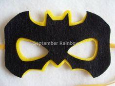 Felt Batman mask.  http://2.bp.blogspot.com/-newY7c-AdMI/Uu3C-R1xxjI/AAAAAAACMEU/cKSLVEeJJ0o/s1600/m%C3%A1scara-de-batman.jpg