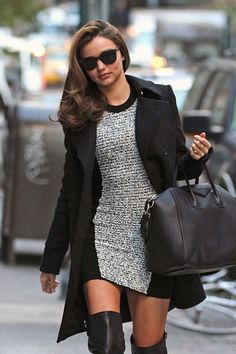 Ella lleva un abrigo negro, un vestido apretado y gris, botas de cuero, gafas de sol y una bolsa de cuero y grande. -Madi & Erica