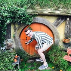 Sam Smith visits the Hobbiton film set of Lord Of The Rings ...