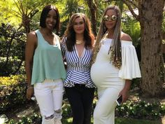 Statt beim Coachella-Festival aufzutreten, verbrachte Beyoncé Ostern mit ihrer Familie. Ihre Mutter Tina veröffentlichte auf Instagram ein Foto des Familientreffens und siehe da: Beyoncés Babybauch ist schon riesig geworden.