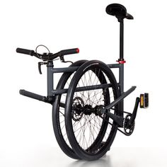 The 26-inch wheels of Folder are nearly twice the size of those usually seen on folding bicycles, and can still roll along when the bicycle is folded up.