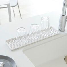グラスやコップの出番が増えるこの季節にオススメの「スリムグラス&マグスタンド タワー」のご紹介です。奥行約10.5cm、幅約40cmというスリムなデザインなのでシンク周りの開いた隙間を有効活用できます。穴が開いている水切りトレー部分は取り外せるので洗いやすくお手入れも簡単です◎ワイドが長いのでグラス以外に、カトラリーの水切りにもオススメです。 ■SIZE 約W40×D10.5×H2cm #home#tower#モノトーンインテリア#キッチン#キッチン収納#水切り#水切りトレー#グラス#コップ#マグカップ#グラススタンド#見せる収納#整理整頓#整理収納#暮らし#丁寧な暮らし#シンプルライフ#おうち#北欧雑貨#北欧インテリア#収納#シンプル#モダン#便利#おしゃれ #雑貨 #yamazaki #山崎実業
