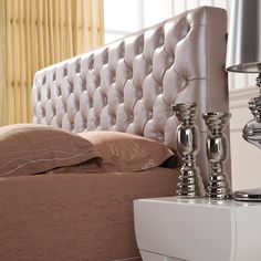 Bordeaux Sengegavl i skinn fra Mansion Dreams serien #thomashillinterior #thinterior #bedroomstories