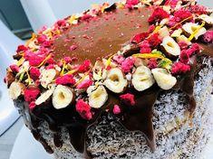 Sviatočná dvojfarebná torta s grilážovo-kokosovou plnkou a so slaným karamelom - recept   Varecha.sk Acai Bowl, Breakfast, Food, Acai Berry Bowl, Morning Coffee, Essen, Meals, Yemek, Eten