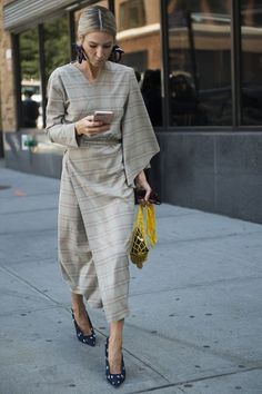 Street style from New York Fashion Week spring/summer – Vogue Australia 30 Of The Best Casual Style Looks Every Girl Should Keep – Street style from New York Fashion Week spring/summer – Vogue Australia Source Estilo Fashion, Fashion Mode, Trendy Fashion, Womens Fashion, Fashion 2018, Workwear Fashion, Fashion Blogs, Fashion Stores, Fashion Spring