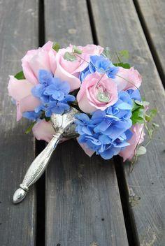 Rosa blå romantiskt rundbunden brudbukett