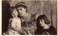 Queen Marie of Romania with her youngest children Princess Ileana and Prince Mircea Some say that both this children father was not King Ferdinand of Ro. Marie with her youngest children Princess Alexandra, Princess Beatrice, Prince And Princess, Romanian Royal Family, Greek Royal Family, Queen Victoria Descendants, Princess Victoria, Young Prince, Three Daughters