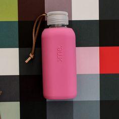 SQUIREME GLASS BOTTLE Y1 RASPBERRY PINK – Kladi Glass Bottles, Raspberry, Water Bottle, Drinks, Drinking, Beverages, Water Bottles, Drink, Raspberries