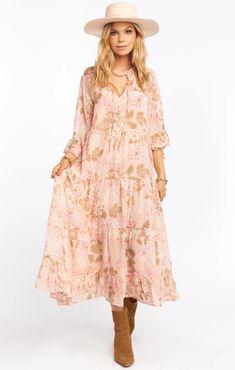 Boho pink floral, tiered midi dress. Deep V Dress, Dress Up, 15 Dresses, Pretty Dresses, Beachy Maxi Dress, How Many Bridesmaids, Hydrangea Not Blooming, Moda Boho, Cocktail Attire