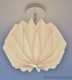 DIY origami lampshade http://nostalgiecat.blogspot.se/2014/02/diy-origami-paper-lampshade.html