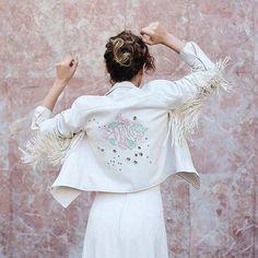 Novias con cazadoras bordadas con flecos 🔝 #disoñandobodas #disoñando #bodas #bride #cazadoras #style #fashion #estilo