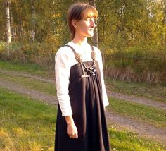 hängselkjol inspirerad av vikingatida fynd från Køstrup Apron dress or smokkr inspired by extant piece from Køstrup, viking age.