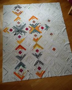 And also this quilt top is meawhile fully sewn. Soon I'll have three quilts to baste. Not my favorite part of quilt making . But first I have to come up with two backings. And start a new top! by ergo_ago_pasqualina Quilt Baby, Quilting Projects, Quilting Designs, Quilting Ideas, Image Beautiful, Log Cabin Quilts, Log Cabins, Art And Craft Videos, Quilt Modernen
