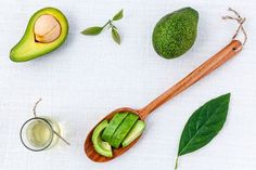 Avocado oil is thick, amazing and perfect for dry, sensitive and normal skin. Learn more about avocado oil benefits, properties and uses. Lose Weight Naturally, How To Lose Weight Fast, Anti Pickel Creme, Avocado Benefits, Oil For Dry Skin, Jus D'orange, Vitamins And Minerals, Health Remedies, Healthy Hair