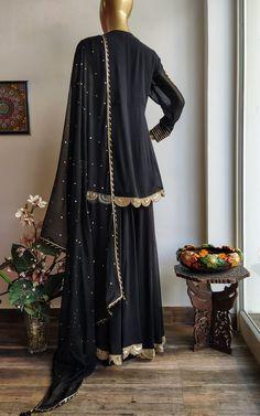 Designer Party Wear Dresses, Kurti Designs Party Wear, Stylish Dress Designs, Stylish Dresses, Pakistani Dresses, Pakistani Gharara, Kurti Sleeves Design, Simple Gowns, Shrug For Dresses