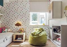Kleines Kinderzimmer einrichten-ideen-maedchen-tapete-punktenmuster-weisse-moebel-sitzsack