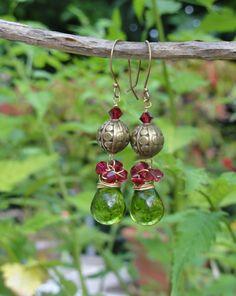 Boucles d'oreilles perles de verre et Swarovski - Boucles d'oreilles goutte wire wrapped coloris vert et fuchsia - orientales : Boucles d'oreille par bombay-cotons