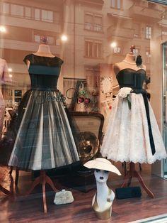 Vintage Makeup, Vintage Stil, Vintage Couture, Vintage Boutique, Tulle, Skirts, Window, Wedding, Store