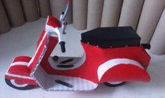 """moto """" vespa """", roja  en  carton  reciclado"""
