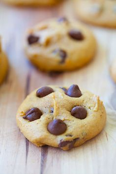 Pumpkin chocolate chip cookies - Chewy and soft, loaded with pumpkin and chocolate chips. Easy recipe that you can bake at home with great results. Delicious Cookie Recipes, Sweet Recipes, Dessert Recipes, Yummy Food, Pumpkin Spice Coffee, Pumpkin Chocolate Chip Cookies, Pumpkin Recipes, Pumpkin Dishes, Pumpkin Dessert