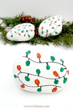 This Christmas lights rock art is easy, fun, and a perfect painted rock to give as a gift or hide in your nearest park. #christmasrockpainting #rockpaintingforkids #rockpaintingforbeginners #stonepaintingart #easyrockpainting #christmascrafts #christmasrockart #craftsforkids #twitchetts