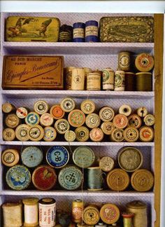 New Ideas For Sewing Machine Display Shadow Box Vintage Sewing Notions, Vintage Sewing Machines, Vintage Sewing Patterns, Spool Crafts, Sewing Crafts, Couture Vintage, Sewing Baskets, Thread Spools, Sewing Studio