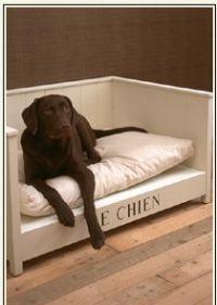 Heb je een hond? Vergeet dan niet om 'm een eigen mooie bank the geven. Deze is helemaal geweldig! Bron: Riviera Maison