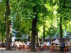 wazzup2!Ein schattiger Platz in einem Berliner Biergarten, hier der Prater Garten in Prenzlauer Berg, bietet pure Erholung an warmen Tagen