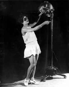c1929:  23 year old Alma Smith, the 'cleverest soubrette' of the cast of 'Blackbirds' at the London Pavilion, receiving her daily dose of ultra violet rays from a sun machine.  (Photo by General Photographic Agency/Getty Images)