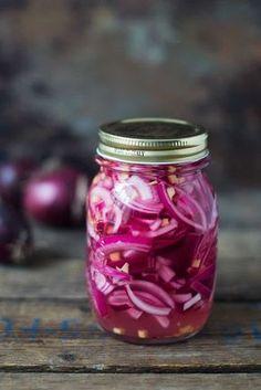 Det er nemt at lave sin egen syltede rødløg. Den her opskrift giver et glas med syltede rødløg, som du kan spise sammen med falafel, wraps og salat.