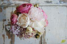bouquet de novia en tonos rosas con peonias y clavel. Mayula Flores