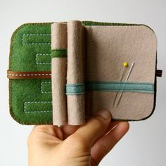 Wool Felt Needle Book // Tree Hugger // rolled over felt for room Sewing Box, Love Sewing, Sewing Notions, Hand Sewing, Sewing Kits, Needle Book, Needle Case, Needle And Thread, Needle Felting