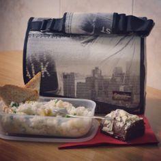 Ensalada de arroz 'tres delicias' especial y bizcocho de chocolate. Snailbag everywhere you go! #Snailbag #lunchbag #moda #tupper #tuppertime http://www.snailbag.es/shop/anytime-collection/bolsa%20porta%20alimentos%20isotermica%20para%20tuppers/bolsas-para-llevar-comida-snailbag-new-york/