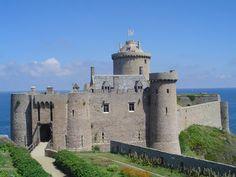 """Fort-la-Latte. Si tratta di una fortezza del XIV secolo (rimaneggiata tra la fine del XVII e l'inizio del XVIII ).  costruita su una scogliera della Baie de la Fresnaye (comune di Plévenon), una baia sulla Manica della Côte d'Émeraude (""""Costa di Smeraldo"""", dipartimento delle Côtes-d'Armor, nel nord della Bretagna) situata di fronte a Cap Fréhel. Stupendo !"""
