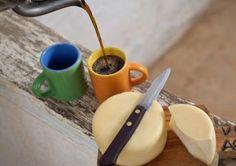 Os queijos, tanto os duros quanto os cremosos, são ótimos acompanhante para cafés