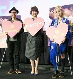 舞台あいさつした多部未華子(中)と田口トモロヲ監督(左)、主題歌担当の加藤ミリヤ