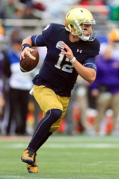 Notre Dame Fighting Irish quarterback Ian Book runs up field against the LSU Tigers during the first half in the 2018 Citrus Bowl at Camping World Stadium. College Football Uniforms, Sports Uniforms, Football Jerseys, Football Helmets, Notre Dame Football, Nfl Super Bowl History, Notre Dame Shirts, Camping World Stadium, Noter Dame