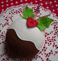 Christmas Pudding Decoration - so easy but very cute! Christmas Ornament Crafts, Christmas Sewing, Felt Ornaments, Christmas Projects, Holiday Crafts, Christmas Decorations, Handmade Ornaments, Christmas Makes, Noel Christmas