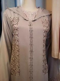 Moslem Fashion, Arab Fashion, Womens Fashion, Kaftan Designs, Blouse Designs, Moroccan Caftan, Moroccan Style, Embroidery Suits, Hand Embroidery