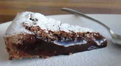 Diese französische Schokoladentarte mit sehr weichem Kern schmeckt nicht nur unglaublich gut, sondern ist auch noch schnell zubereitet (ohne Blindbacken). Mit diesem Rezept lässt sich auch perfekt Restschokolade von Ostern und Weihnachten verwerten – es kann ruhig auch eine spezielle Geschmacksrichtung wie Chili- oder Kaffeschokolade sein. Die Tarte schmeckt gekühlt aufbewahrt auch nach einigen Tagen noch hervorragend.