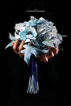 Bouquet realizzato con fiori in seta, con tecniche di artigianato giapponese. Quest'opera rappresenta il mese di Gennaio. #ecologia #wedding #art #bouquetdasposa #fioriinseta #madeinitaly #blu #january #fioridistoffa #gennaio Vera Wang