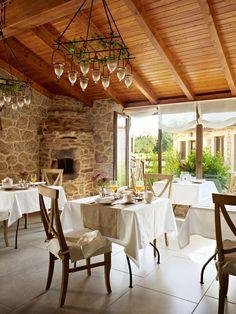 Hotel com cara de casa de campo. Veja: http://casadevalentina.com.br/blog/detalhes/hotel-com-cara-de-casa-de-campo-3197 #decor #decoracao #interior #design #casa #home #house #idea #ideia #detalhes #details #style #estilo #casadevalentina #diningroom #saladejantar