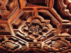 Beautiful ceiling detail. #met #themet #metropolitanmuseumofart #art #wood #woodwork #wooddesign #woodcarving #renaissance #ceiling #regal #details #naturallight #carving #classical #geometric #history #historical #americanhistory #museum #weekend #nyc #newyork #newyorkcity #ny #iphone #vscocam de _jmarquis