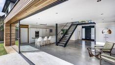 Luxuriöser Wohn und Essbereich mit graume Boden aus Sichtestrich